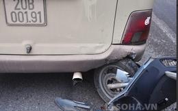 Xe máy găm thẳng vào đuôi xe khách, 1 người thương nặng