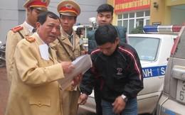 Lái xe rút thẻ phóng viên ra xin vi phạm giao thông