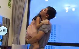 Hình ảnh MC Phan Anh chăm con gái gây xúc động
