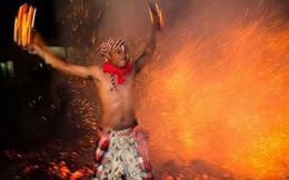 Rùng mình với lễ hội thiêu thân dưới lửa ở Indonesia