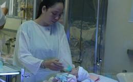 Em bé văng ra từ bụng mẹ chuẩn bị xuất viện