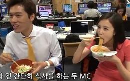 """Nữ PV Hàn Quốc xinh đẹp """"gây sốt"""" với cảnh... húp mỳ tôm"""