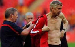 """Ướt nhẹp vì màn ăn mừng, Giáo sư Wenger """"bán nude"""" ngay trên sân"""