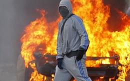 Pháp đốt xe tiễn năm cũ; bà mẹ trẻ bị cưỡng hiếp