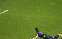 Persie đánh đầu đẹp nhất lịch sử, Robben solo không-thể-tin-nổi