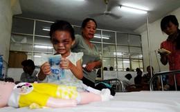 """Bé 4 tuổi bị đánh dã man: Người tự xưng bà ngoại đến """"giữ tiền"""""""