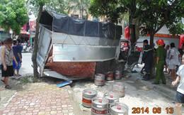 Hàng chục người giải cứu 2 thanh niên kẹt trong xe tải