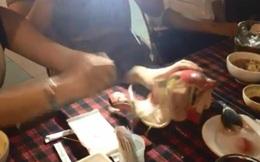 Thich thể hiện: Dân chơi lấy iPhone đập lợn đất lấy tiền