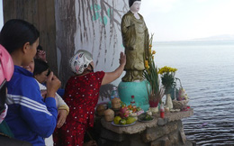 Bình Định: Người dân đổ xô cúng bái pho tượng lạ dưới gầm cầu