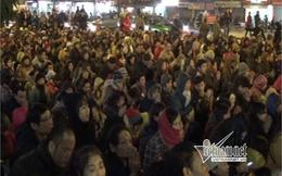 Hàng ngàn người đứng giữa đường dự lễ cầu an trong giá lạnh