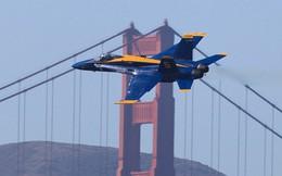 Cận cảnh máy bay chiến đấu F-18 bay ngang qua cầu Cổng Vàng