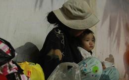 Bố qua đời, mẹ và bé gái 9 tháng tuổi ở vỉa hè, nhặt ve chai kiếm sống