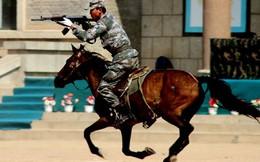 Cận cảnh kỵ binh Trung Quốc bắn AK trên lưng ngựa