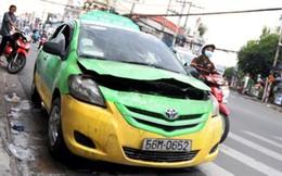 Taxi bốc cháy, hành khách mở cửa chạy thục mạng