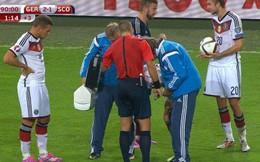"""""""Mặc kệ"""" Reus chấn thương, cầu thủ Đức và Scotland chơi oẳn tù tì"""