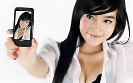 Elly Trần đẹp tinh khôi bên smartphone