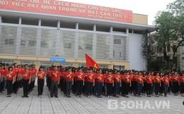 Minh Quân hướng dẫn 1000 sinh viên hát Quốc ca hùng tráng