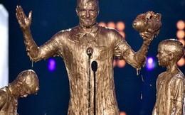 Cha con Beckham biến thành tượng vàng trên sân khấu