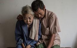 Bộ ảnh kể chuyện người chồng hàng chục năm chăm sóc vợ bệnh tật