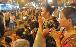 Hàng nghìn người ngồi kín đường dự lễ Vu lan