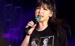 Cận cảnh gương mặt dao kéo của Park Bom trên sân khấu Việt