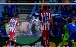Diego Costa bị fan cuồng kéo quần, chổng mông vào khi sút penalty