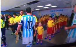 Chảnh chọe, Messi làm tổn thương trẻ nít