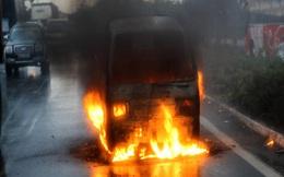 Tài xế bất lực nhìn xe tải bốc cháy trên quốc lộ