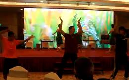 Cười lăn lộn với màn múa của cầu thủ U19 Việt Nam