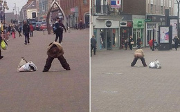 Người phụ nữ thản nhiên lột đồ đi vệ sinh trên phố