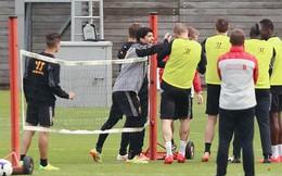 """SỐC: Suarez nhảy vào """"choảng"""" đồng đội ngay trên sân tập"""