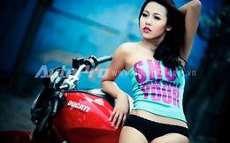 """Bản sao """"Phi Thanh Vân"""" lạnh lùng đầy gợi cảm bên Ducati Monster"""