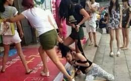 Bức xúc người phụ nữ bị đánh ghen lột đồ giữa đường