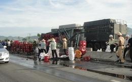 Xe tải nổ lốp, hàng trăm két bia bắn tung tóe ra đường