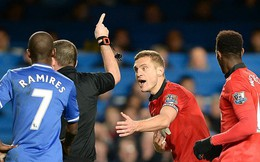 """Hazard ngã cực khéo, Vidic """"ăn"""" ngay thẻ đỏ"""