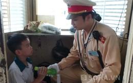 Hà Nội: Tan học, lạc lối, bé 8 tuổi ra... ngã tư ngóng
