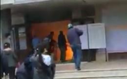 Video: Lửa ngùn ngụt ở ga Vinh, nhân viên hoảng loạn chữa cháy