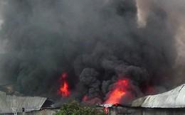 TP.HCM: Cháy xưởng giày, cột khói bốc cao hàng trăm mét
