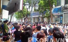 Người dân bỏ cơm trưa chờ mua hàng hiệu Gucci trên phố Đinh Lễ