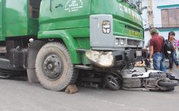 Xe rác mất phanh đè bẹp 4 xe máy, nhiều người thoát chết