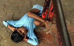 Đắng lòng hình ảnh cậu bé tàn tật bị trói ở trạm xe
