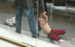 Phẫn nộ cha đẻ lột áo con gái kéo lê giữa phố