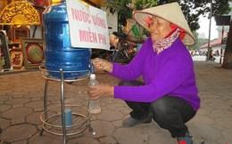 Bình nước miễn phí của bà chủ tiệm tranh giữa Hà Nội