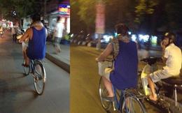 Kỳ lạ người đàn ông quấn trăn quanh cổ dạo phố Hà Nội