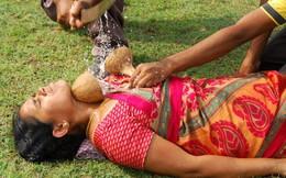 Người phụ nữ gan dạ biểu diễn màn chém dừa trên cổ họng