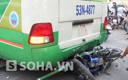 TP.HCM: Xế hộp ép xe máy vào gầm xe buýt, 1 nữ sinh nguy kịch