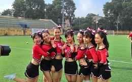 """Nữ sinh Việt nhảy cực sung, """"quẩy"""" tung sân bóng đá"""