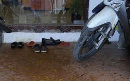 """Hà Nội: Bị hàng xóm ném phân vào nhà để """"khủng bố""""?"""