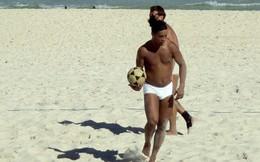 Ronaldinho chơi bóng chuyền bằng chân siêu việt