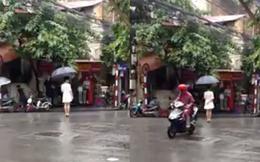 Lạ lùng thiếu nữ váy trắng đứng 4 tiếng giữa phố mưa Hà Nội